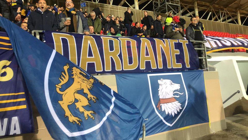 Tifozët kosovarë festojnë rrugëve të Southampton para fillimit të ndeshjes