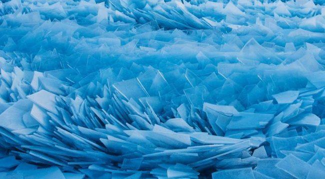 Liqeni i ngrirë që duket si pasqyrë e thyer