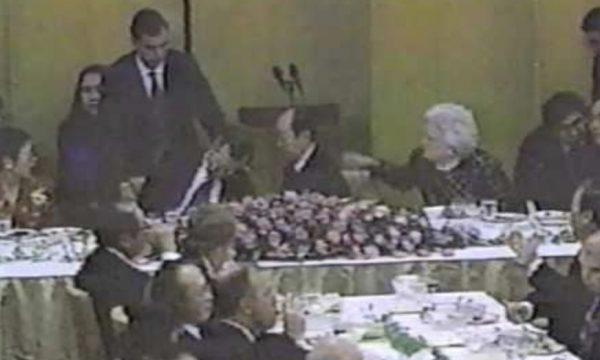 Pamje nga momenti kur presidenti amerikan Xhorxh H. W. Bush u rrëzua dhe volli mbi kryeministrin japonez