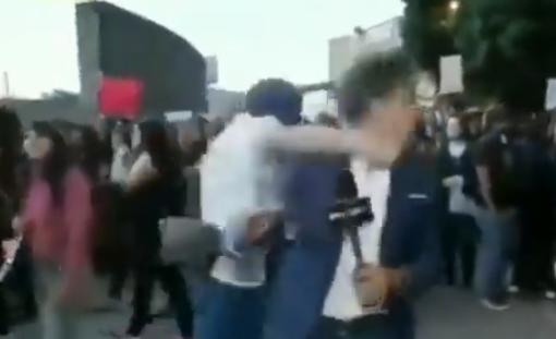 E tmerrshme, raportonte drejtpërdrejtë nga vendi i ngjarjes, rrahet keq gazetari