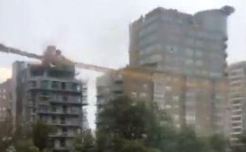 Tmerr në Kanada, uragani Dorian rrëzon vinçin mbi ndërtesë