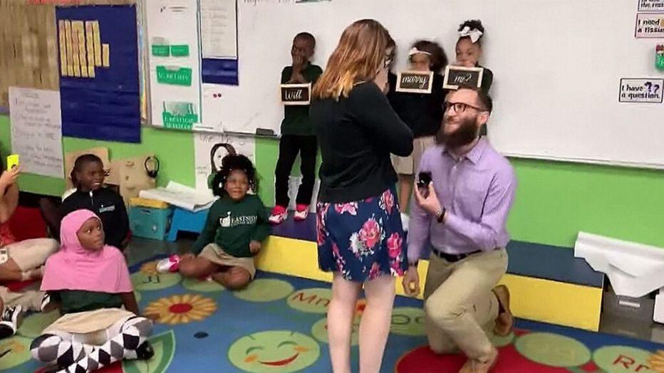 Mësuesja merr propozim martese në klasë, ja çfarë kanë bërë nxënësit e saj