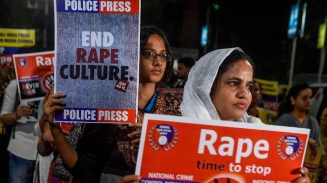 Indi, i vihet flaka gruas që po shkonte në seancën gjyqësore të përdhunimit të saj