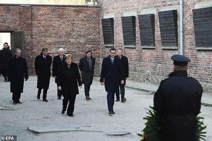 Probleme me shëndet: Merkel humb ekuilibrin, sa nuk rrëzohet në Aushvic