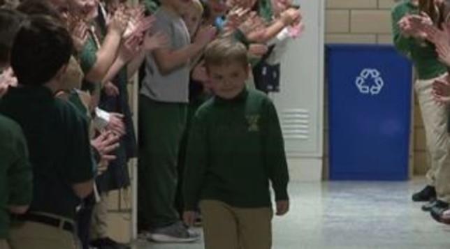 """6-vjeçari fiton """"luftën"""" me leuceminë, ja si e presin në shkollë"""