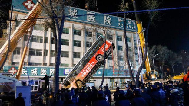 """Skenë horrori në Kinë, gropa në rrugë """"gëlltit"""" autobusin me pasagjerë"""